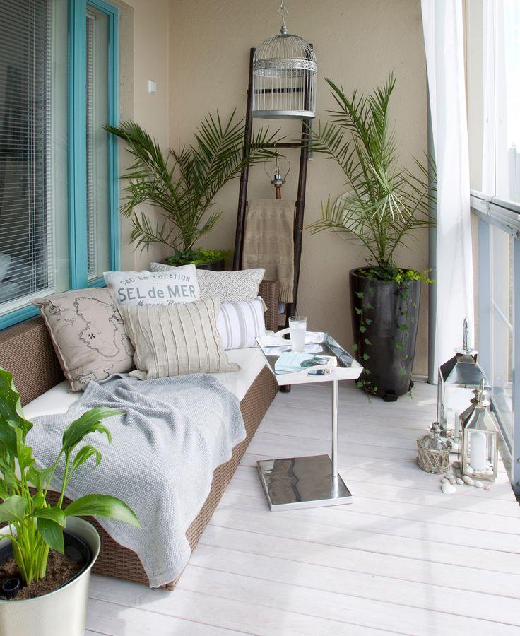 Tee pienestä parvekkeesta viihtyisä oleskelupaikka, jossa on sopivasti valoa ja varjoa.