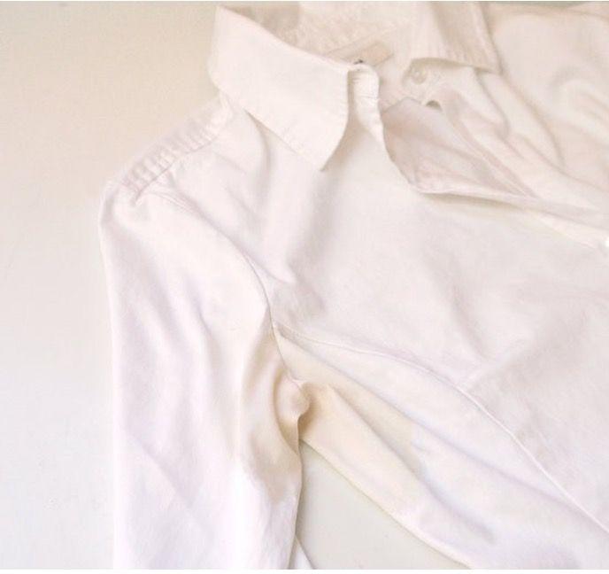 Cómo eliminar manchas de sudor de la ropa blanca taza de vinagre - 1 taza y media de bucarbonato de sodio - 1 cucharada de sal - 1 cucharada de agua oxigenada Pasos a seguir Muchos creen que las manchas amarillentas son causadas por el mismo sudor, pero en realidad son un resultado de la reacción entre los antitranspirantes con base de aluminio y la piel. Prueba usando desodorantes ecológicos como por ejemplo éste. 1. Para atacar el problema de coloración, lo primero que debes hacer es…