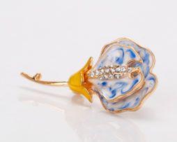 Elegantná smaltová brošňa v tvare kvetu v dvoch rôznych farbách,,