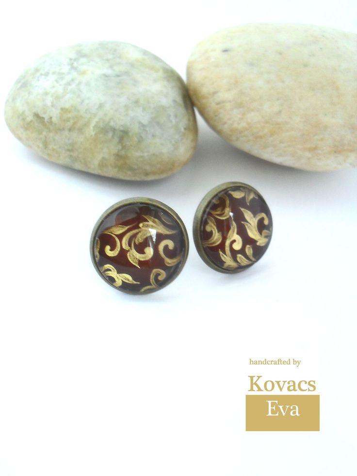 Arany barokk mintás,bordó fülbevaló. Gold baroque ornament based earrings.