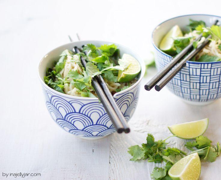 Mein Rezept für asiatische Sesamnudeln wird mit einer Extraportion frischem Koriander zubereitet - und schmeckt daher wie ein Urlaub in Asien!