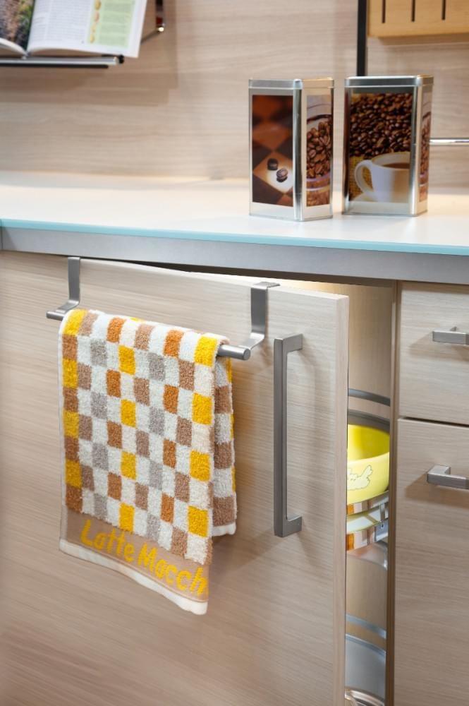 Mit dem Handtuchhalter hast du dein Handtuch immer griffbereit und platzsparend verstaut. Außerdem kann das Handtuch so besser trocknen.