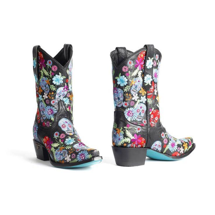 Korte cowgirl laarzen in zwart rundleer. De laars is geborduurd met gekleurde skull en bloem motief. Stoer dameslaarsje met prachtige kleuren.
