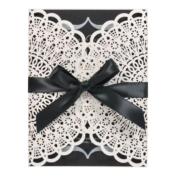 Rakkauskirje, hääkutsu. Trendikäs herkkä hääkutsu, jossa kortin kansi on upeaa kuvioleikattua pitsiä. Kutsuteksti painetaan mustalle sisälehdelle ja kortti suljetaan mustalla satiininauhalla. Tähän korttiin mustalle sisälehdelle voidaan painaa ainoastaan valkoisella mattavärillä tai folioväreillä. OSTA: http://shop.calligraphen.fi/fi/artiklar/rakkauskirje-kutsukortti-musta.html