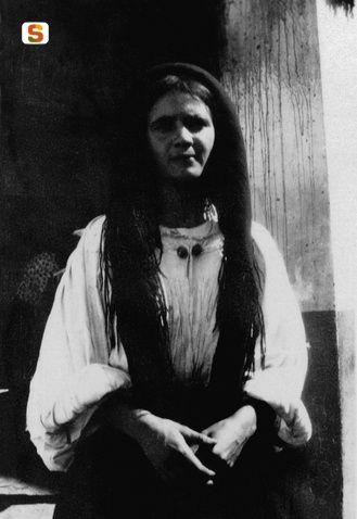 Antonio Ballero, Nuoro,  Donna ritratta al mercato nuovo, 1915