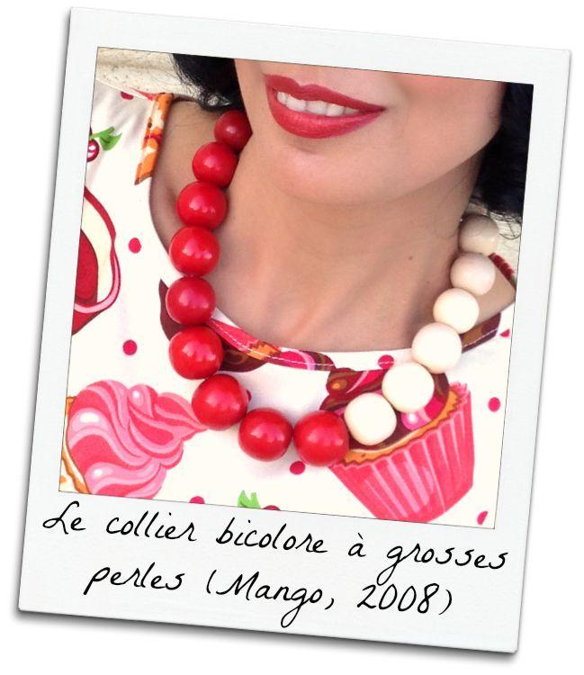 """Pour agrémenter la robe """"Cupcakes"""" de Lady Vintage: un collier bicolore à grosses perles en bois rouges et blanc cassé-beige. Missretrochic.com"""