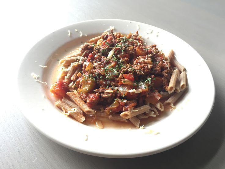 Een lekker koolhydraatarm hoofdgerecht, koolhydraatarme pasta bolognese. Eindelijk weer eens een lekker bord pasta bolognese! Voor mij is het erg lang geleden dat ik dit heb gegeten. Gelukkig heb ik de Atkins koolhydraatarme penne pasta ontdekt.