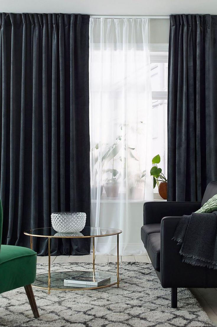 Sammetsgardin som är 290 cm bred vilket gör att den passar både i vanliga fönster och i stora fönsterpartier. Med kombiband som ger dig fler lösningar och möjligheter att hänga gardinen på olika sätt. Du kan antingen kan hänga gardinen direkt på en gardinstång genom de gömda hällorna på baksidan, eller använda ringar och nålkrokar (ej fingerkrokar). Den här gardinen passar också bra att använda med en gardinskena. Snören i rynkbandet gör att du lätt kan skapa jämna, fina veck. Stl 290x300…