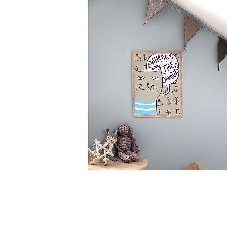 """Parede cinza bandeirola bichinhos de crochê... Uma decoração cheia de estilo para o quartinho do bebê.  - Esse é o pôster """"Gato Sardinha"""" tamanho A2 com moldura em madeira crua. - Visite: http://ift.tt/1dqyBxz (link na bio). - #nacasadajoana #abaixoasparedesvazias #pôster #posters #quadros #enquadrados #design #decoração #decor #interiordesign #pinterest #meunacasadajoana #casa #lar  #quartodobebê #decoraçãoinfantil #baby #quartodecriança #cat #gato #catlovers"""