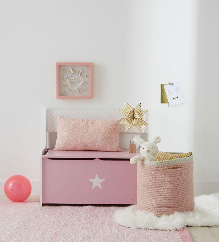 Un panier en corde légèrement irisée, pour ranger les jouets avec style dans une chambre  rose girly !