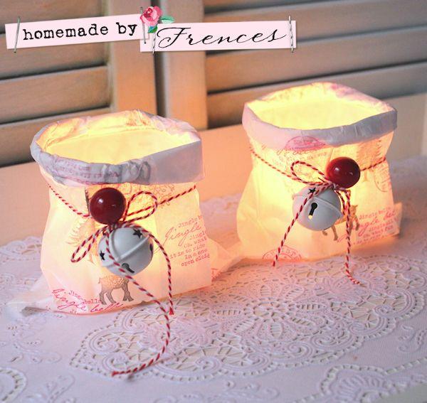 DIY: Van een leeg appelmoes- of jampotje, klein glas etc een schattig kerstlichtje maken. Stempel kerst themas op een wit lunch zakje. Dan het papier omkrullen tot net onder de rand van het potje.  Aangezien het om papier gaat wel voorzichtig mee omgaan en zorgen dat het papier niet boven de rand uit komt. Bakkers touw met een rode en witte bel eraan vast strikken en tadaaaaaaaa