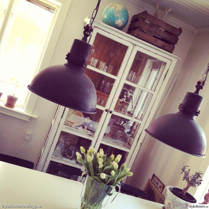 vitrinskåp,shabby chic,nött,gammalt,antikt,äppellåda,trädlåda,älghorn,jordglob,industri,industrilampor,plåtlampor,ilva,tulpaner,ikea,matsalsbord
