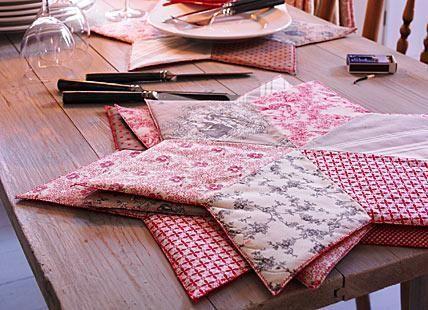 Die Patchwork-Sterne, mit denen wir schon die Tischdecke verschönert haben, standen Pate für diese weichen Tischsets. Die Sterne sind größer, bieten Platz...