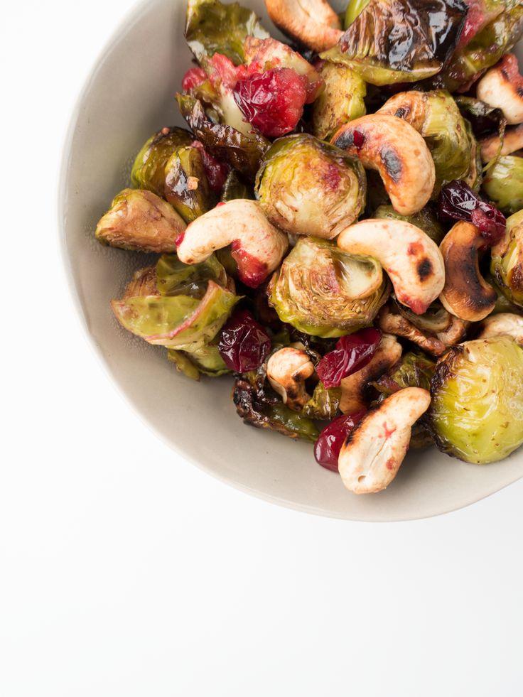 Réconciliez-vous avec les choux de Bruxelles avec cette recette facile et originale qui combine noix de cajou grillées, cranberries et sauce aigre-douce !