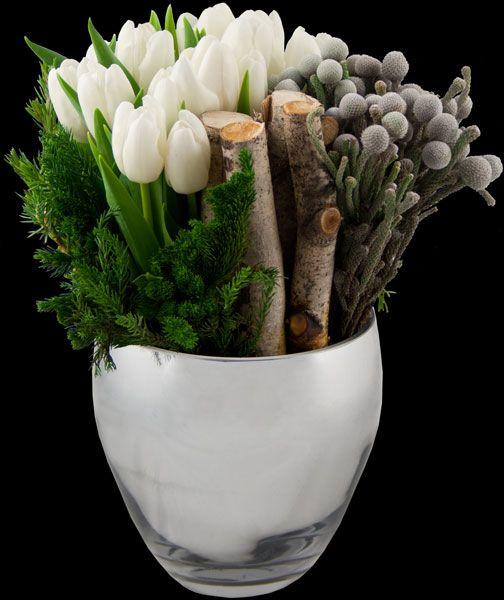 weiße Tulpen, Immergrün, Äste und ? (eventuell Palmkätzchen) in Vase