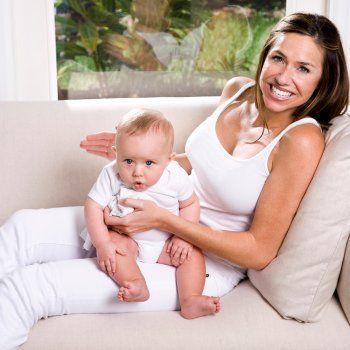 Posiciones para sacar los gases al bebé. Podemos utilizar varios trucos o posiciones para ayudar al bebé a sacar los gases. Guiainfantil.com te ofrece consejos para ayudar al bebé a eructar.