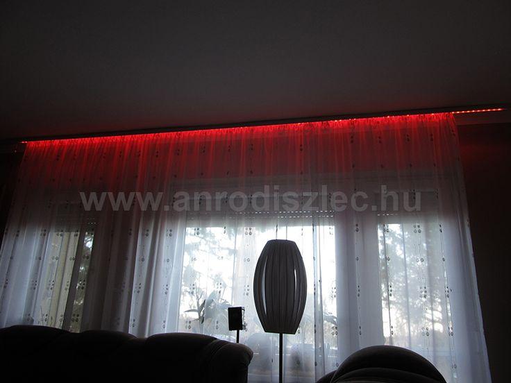 A függönyt is dekoratívabbá tehetjük. Itt a mennyezeti sín mellett színváltós LED csíkot húztak végig, amely éjszaka szinte átfesti a függönyt!