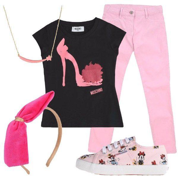 Pantalone in color rosa multi tasche abbinato a t-shirt Moschino in cotone con stampa e a sneakers Superga in fantasia cartoon e lacci. Includo collana in ottone e accessorio per capelli con fiocco.