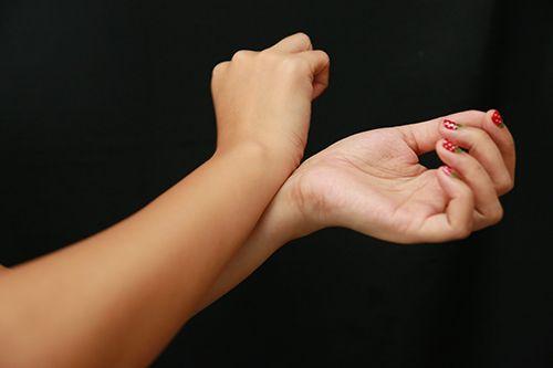 Dicas para o usar perfume corretamente. 1-Não esfregue os pulsos saiba mais em nosso blog cheiros-sentidos.webnode