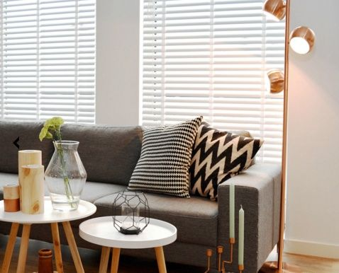 Vintageverlichting.nl Vloerlamp Amelind is een trendy vloerlamp met een vintage randje. De gladde koperkleurige spots in bolle vorm zijn verstelbaar en kunnen op speelse wijze alle 3 een verschillende kant in je kamer belichten. Vloerlamp Amelind is een eyecatcher voor je interieur en zal je met haar trendy design elke dag blijven verrassen. #industriële lamp #stoere lamp #vintagelamp #industriele vloerlamp #robuuste lamp
