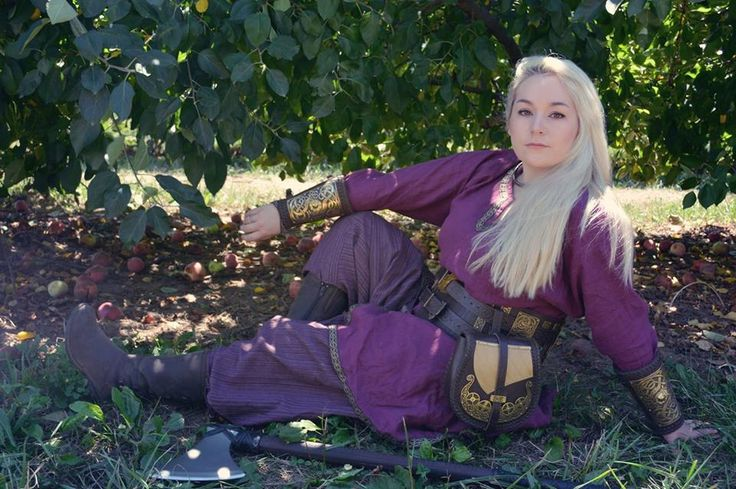 Nous remercions Kaza Marie, appelée également LARP Girl, de ces photos magnifiques.  Produits sur les photos :  Brassards vikings en cuir avec laiton https://armstreetfrance.com/…/brassards-vikings-en-cuir-ave… Sac viking en cuir « Drakkar » https://armstreetfrance.com/…/ac…/sac-viking-en-cuir-drakkar Ceinture de la guerre de Viking en cuir et laiton https://armstreetfrance.com/…/ceinture-de-la-guerre-de-viki… https://armstreet.com/…/a…/viking-leather-and-brass-war-belt