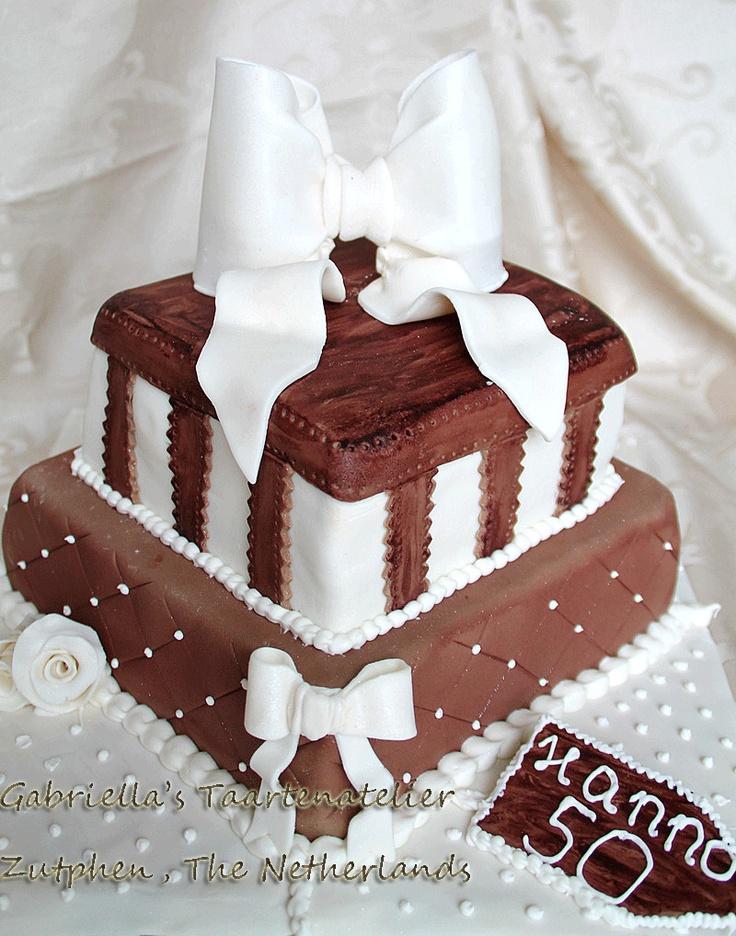 Pure chocolade taart met een cacaogehalte van 72%, gevuld met chocolade fudge en chocolade crème.. De taart is een chocoladebom!