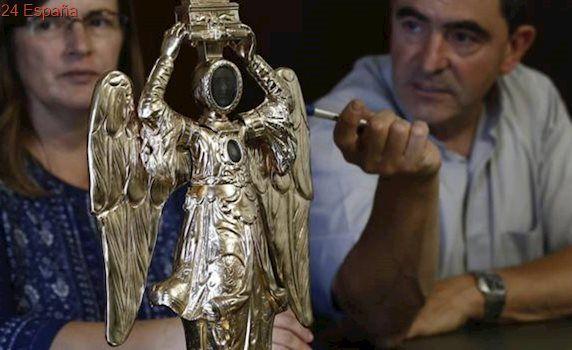 Hallan una cápsula del tiempo del siglo XIX en la restauración del Ángel de Aralar