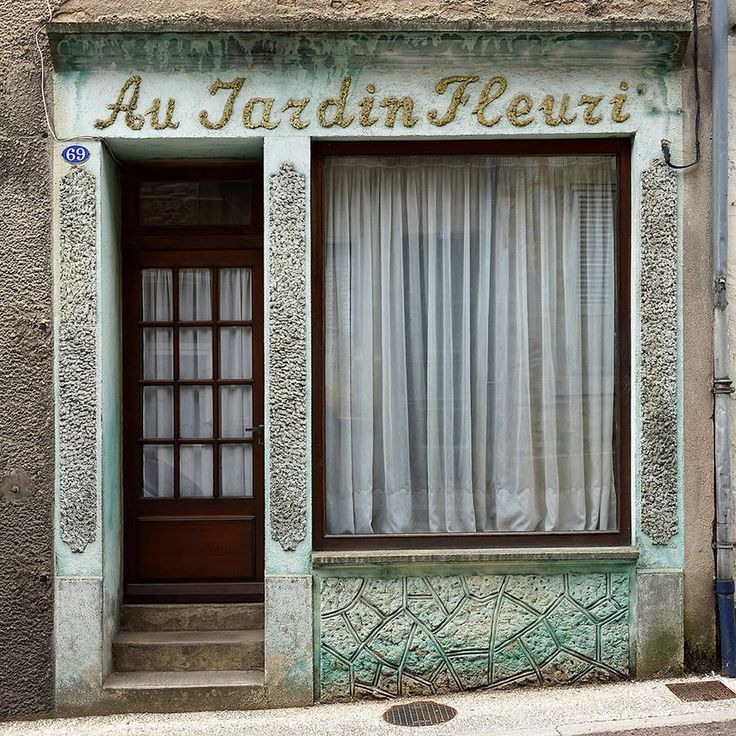 Thibaut Derien is a French photographer who decided to leave Paris, but to go where? He found a city that seemed to be empty of people, with closed shops and homes. He offers us a series of ghostly pictures soberly entitled J'habite une ville fantôme (I'm living in a ghost town.