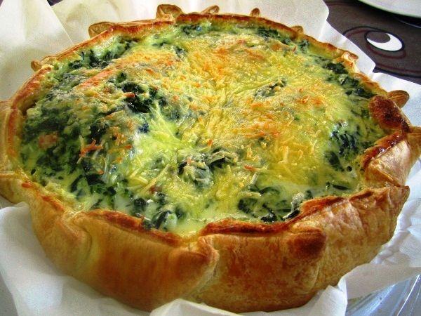 Quiche rellena de espinacas, queso emmental y huevo batidos con queso quark y nata.