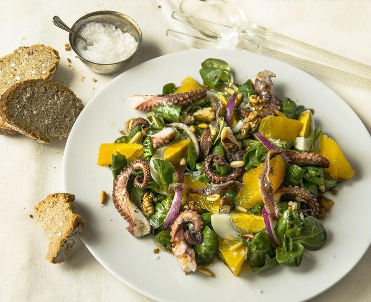 Ensalada de pulpo y naranja con frutos secos. | 25 Recetas de divinas ensaladas que vas a querer hacer durante todo el año