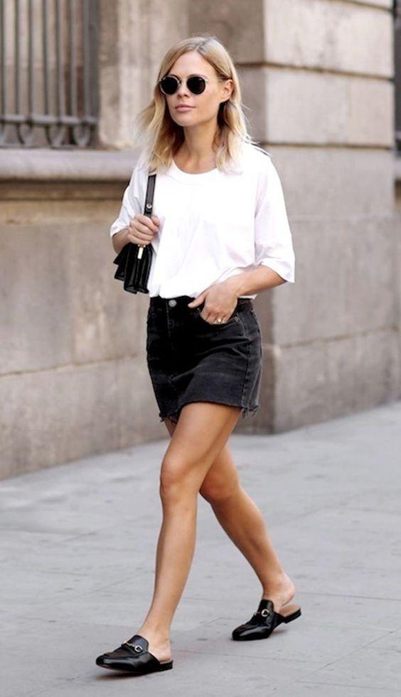 T-shirt branca, saia jeans preta, mule no estilo loafer