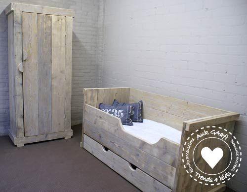 steigerhouten kinderkamer met bed en kast