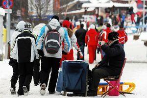 Aproximativ 8.000 de turişti pe pârtiile de pe Valea Prahovei şi aglomeraţie la instalaţiile de transport pe cablu