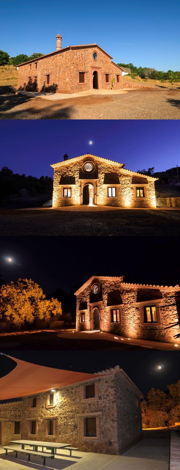 Casa Rural situada en Aracena - Huelva.  Tiene una superficie de 250 mts2 en dos plantas, con techos de madera y alfarjías de castaño. Junto a la casa se encuentra una zona de descanso con barbacoa, piscina de agua salada y zona de aparcamiento. http://www.raudo.com/f/finca-el-tornero-iii/3398