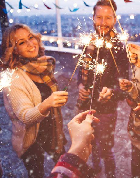 Desde las más divertidas hasta las más sexys, enlistamos las creencias más populares con las que las personas esperan tener más suerte al empezar el año.