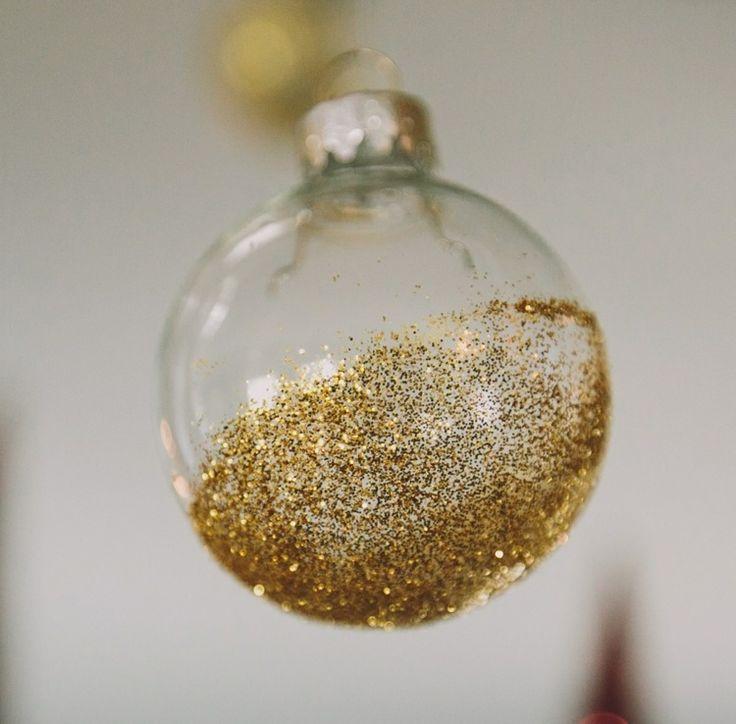 boule de Noël transparente décorée à l'intérieur de paillettes dorées