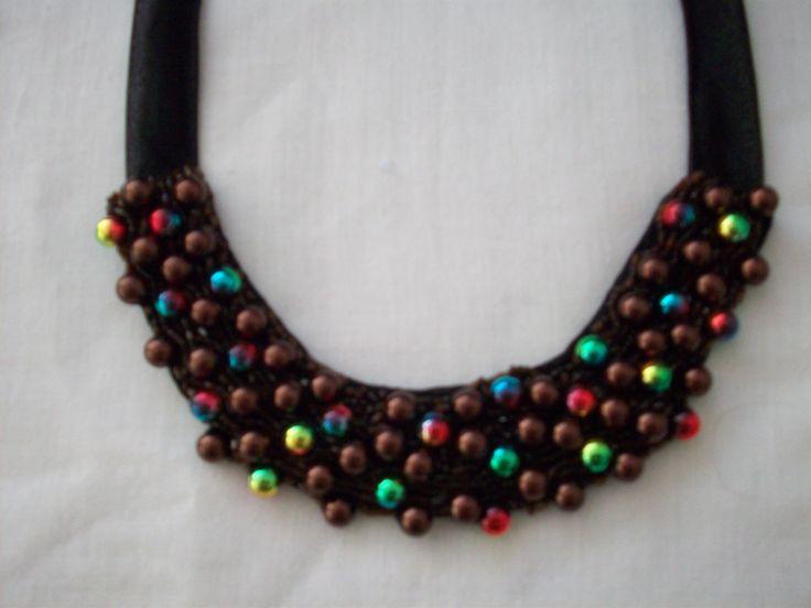 Colier cu perle si margele cusute pe material textil