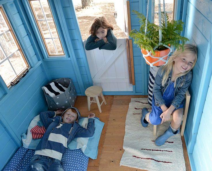 Interior casita de madera para niñosFORMENTERA. Con 3 ventanas y puerta partida redondeada.