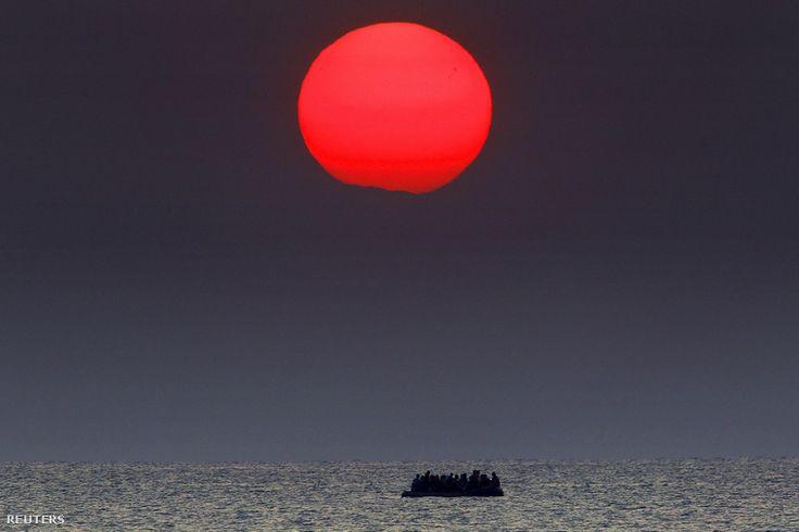 Szíriai menekülteket szállító zsúfolt bárka sodródik a tengeren a görög partok mellett, miután lerobbant a motorja.