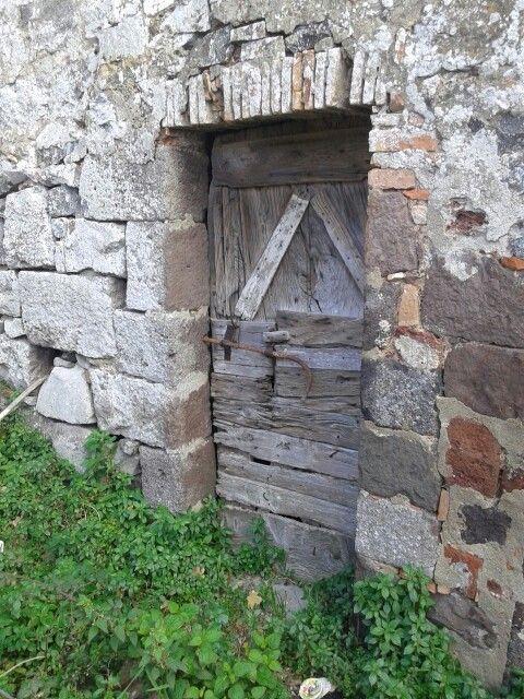 Radicofani porta di una vecchia stalla