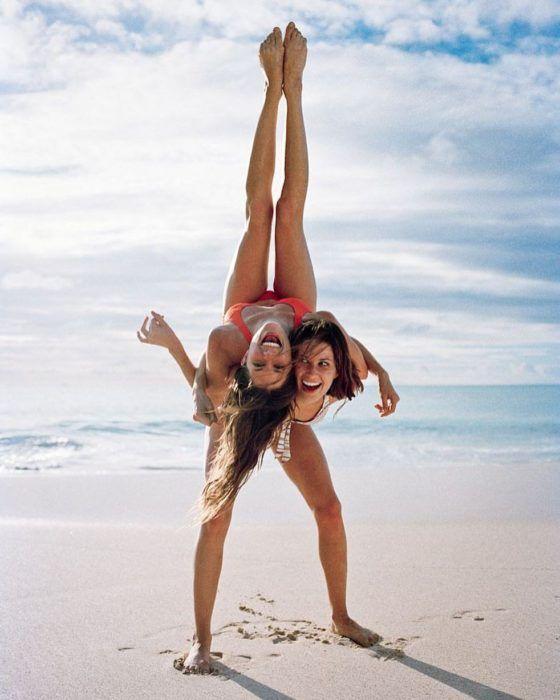 15 Poses divertidas que debes intentar con tu mejor amiga; son dignas de Instagram | Fotos familiares en la playa, Fotos divertidas en la playa, Fotos playa mujer