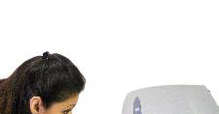 Cómo limpiar los cabezales obstruidos de una impresora de inyección de tinta. Un cabezal de impresión obstruido puede ser una experiencia frustrante y costosa. Estos se tapan con tinta seca, lo que edetiene el flujo de tinta a la página. El problema se presenta generalmente cuando la impresora no se utiliza con regularidad. Para limpiar el cabezal obstruido sigue los siguientes pasos.