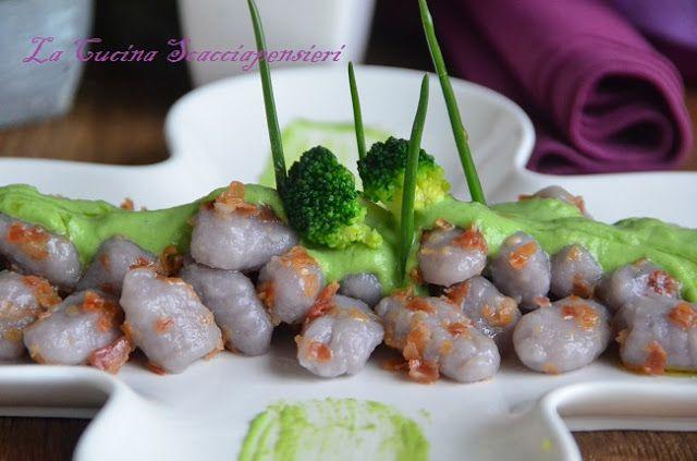 Gnocchi di patate viola con pancetta croccante e crema ai broccoli