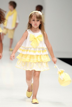 Por fin hoy sale el sol. Feliz viernes que ya está aquí el fin de semana!! http://cerezasverdes.com/1126-vestido-volantes-amarillo.html