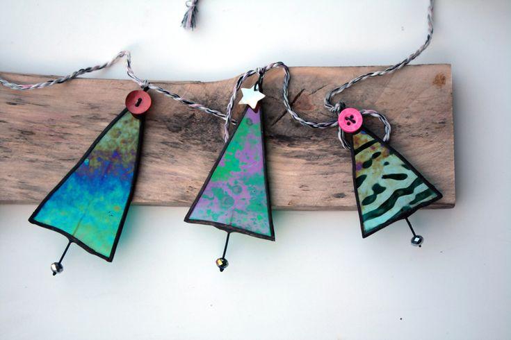 Eine absolut einzigartige und ursprüngliche kleine Girlande mit fünf individuell gemacht Weihnachtsbäume. Jeder Baum ist handgefertigt mit einer Auswahl an schillernden Glasmalerei und verziert mit einem niedlichen Knopf oder Perle Stern.  Die Girlande ist fertig mit rustikalen Garn befestigt, fertig zum Aufhängen in Ihrem Haus. Diese schöne Weihnachtsdekoration sieht wunderschön auf einem Mantel hängen; ein Spiegel oder eine Wand oder ein Fenster.  Auch erhältlich in weiß für…