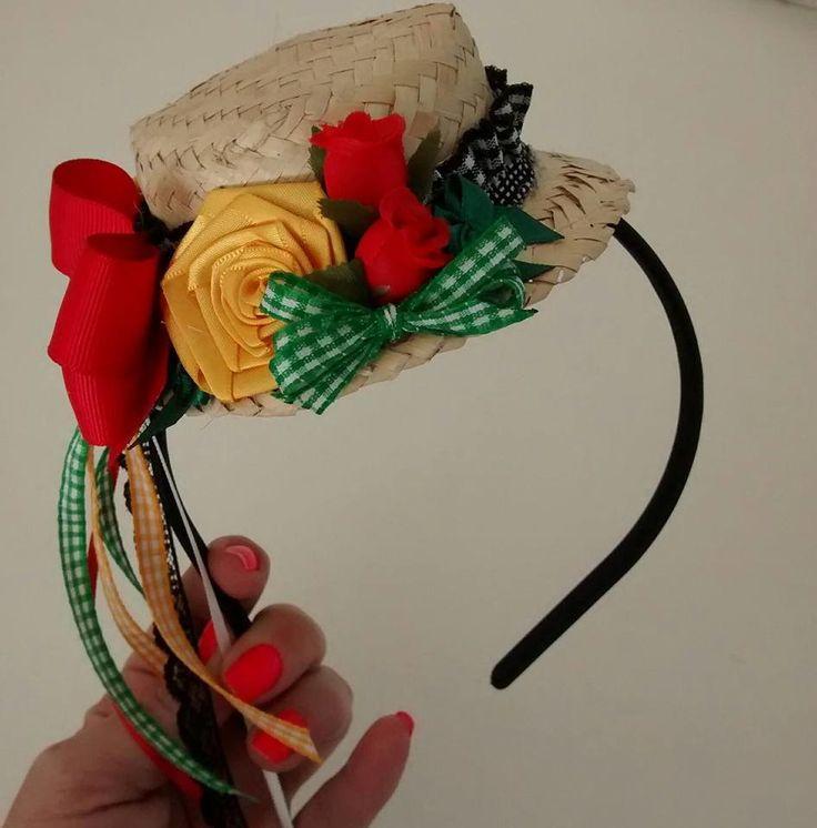 Tiara encapada com chapéu, fitas e flores.    Serve de 3 anos até adulto  Faço com as cores predominantes do vestido da sua filha!!!!