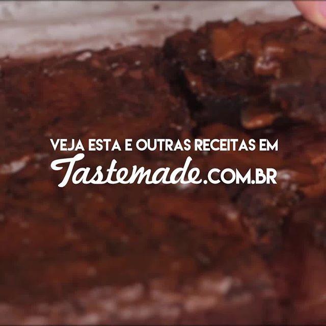 Esse brownie de chocolate com doce de leite é tão gostoso que vai ter competição pelo último pedaço! *Salve essa receita no nosso aplicativo! Link na bio. #brownie #chocolate #docedeleite #doce #sobremesa
