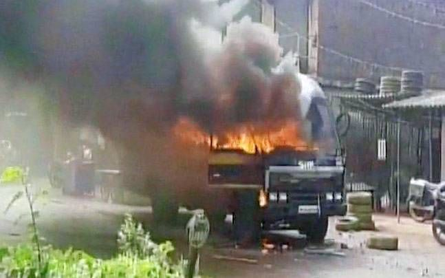 Latest Breaking News ! World News  #Maharashtra: #Farmers clash with #police, block highway near #Thane, several cops injured  #Farmers clashed with #police and torched vehicles on Thane-#Badlapur highway. #Farmers were protesting land acquisition by the #Defence #Ministry.  .....,,,,,,,,,,full story here http://bit.ly/2saua9z   #Latest #Breaking #News ! #Local #Free