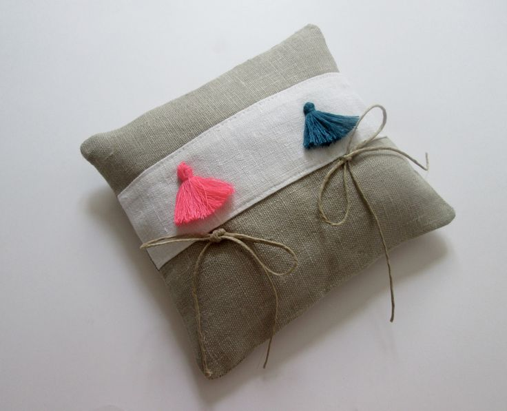 Coussin d'alliance en lin bandeau en métis de coton blanc avec pompon rose pour Mme et bleu pour M. : Textiles et tapis par maskott