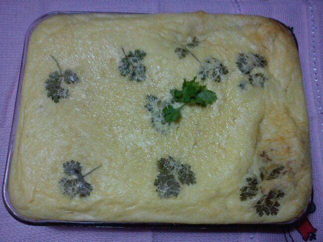 8 batatas grandes  - 1 colher de manteiga ou margarina  - 1 xícara de leite  - 1 xícara e meia de farinha de trigo  - 4 colheres de sopa de queijo ralado  - 3 ovos inteiros  - Maizena  - 300 g de carne moída  - Sal a gosto  -